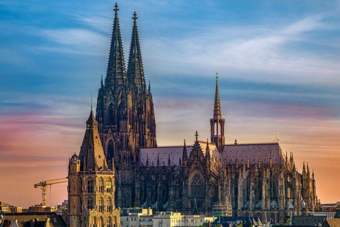 ②ケルン大聖堂(ドイツ)